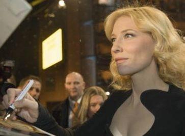 Cate Blanchett firma autografi sul red carpet berlinese