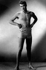 un giovane Clint Eastwood a torso nudo