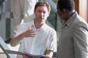 Forest Whitaker e il regista Kevin MacDonald in una scena de L´ultimo re di Scozia