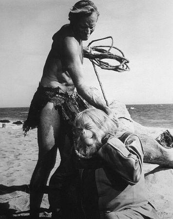 Charlton Heston aggredisce Maurice Evans in una scena de Il pianeta delle scimmie