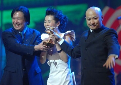 Il produttore Le Wang con Wang Quanan e Yu Nan con l'Orso d'Oro per 'Tuya's Marriage'