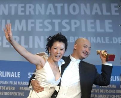 Wang Quanan e Yu Nan con l'Orso d'Oro per 'Tuya's Marriage'