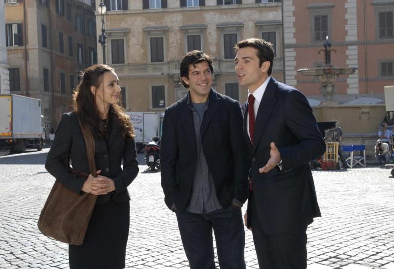 Ambra Angiolini, Pierfrancesco Favino e Luca Argentero in una scena di Saturno Contro