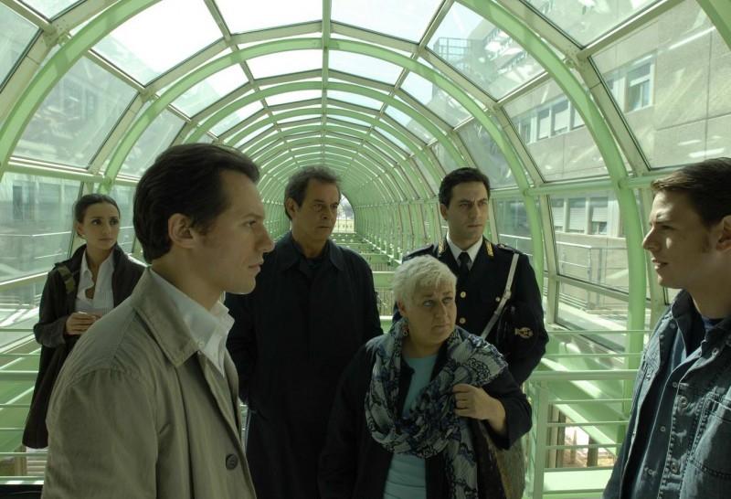Ambra Angiolini, Stefano Accorsi, Ennio Fantastichini, Serra Yilmaz e Filippo Timi in una scena di Saturno Contro