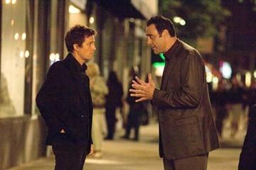 Brad Garrett e Hugh Grant in una scena di Scrivimi una canzone