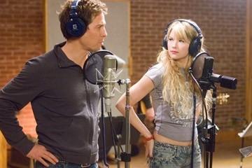 Hugh Grant in una scena del film Scrivimi una canzone