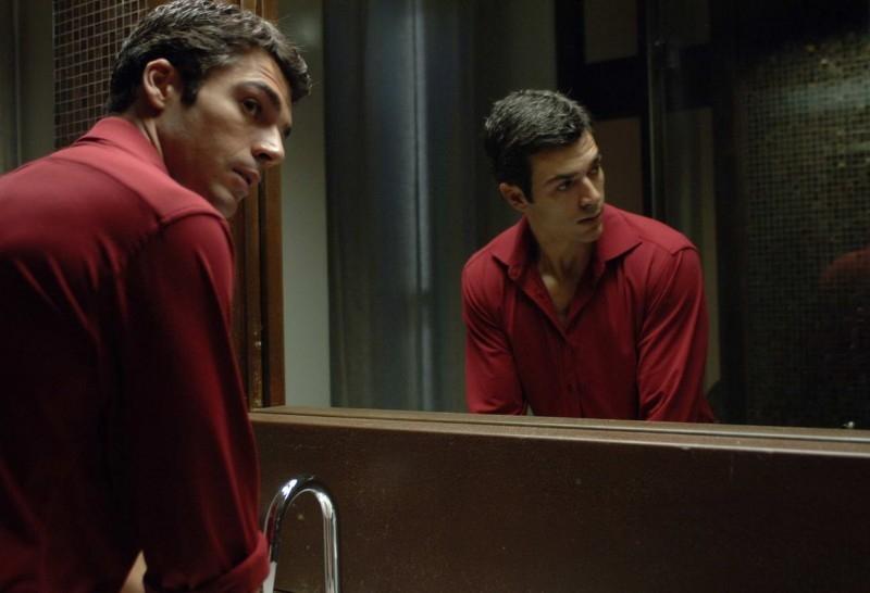 Luca Argentero allo specchio in una scena di Saturno Contro