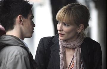 Cate Blanchett ed Andrew Simpson in una scena di Diario di uno scandalo