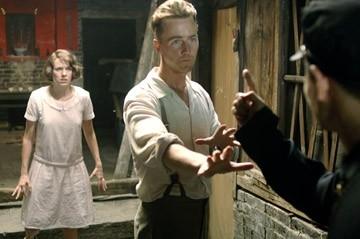 Edward Norton con Naomi Watts in una scena de Il velo dipinto