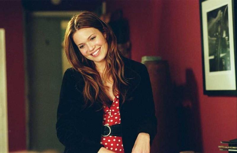 una sorridente Mandy Moore in una scena del film Perchè te lo dice mamma