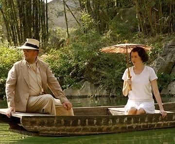 Toby Jones con Naomi Watts in una scena de Il velo dipinto