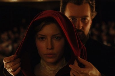 Edward Norton con Jessica Biel in una scena del film The Illusionist