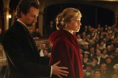 Ed Norton e Jessica Biel in una scena del film The Illusionist