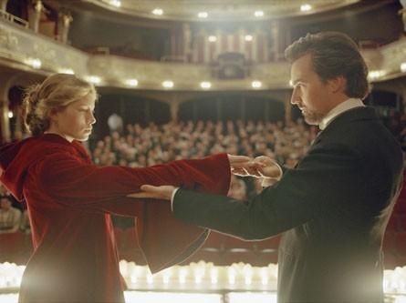 Jessica Biel con Edward Norton in una scena del film The Illusionist