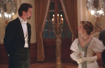 Edward Norton e Jessica Biel in una scena del film The Illusionist
