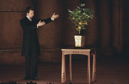 Edward Norton in una scena del film The Illusionist, del quale è stato protagonista nel 2006