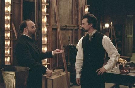 Paul Giamatti e Edward Norton in una scena del film The Illusionist