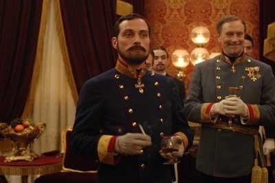 Rufus Sewell in una sequenza del film The Illusionist