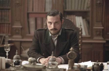Rufus Sewell in una sequenza del film The Illusionist, del 2006