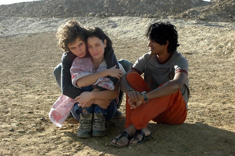 Tom Angel Karumathy, Giovanna Mezzogiorno e Andrea Miglio Risi in una scena del film Lezioni di volo