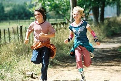 AnnaSophia Robb e Josh Hutcherson in una immagine del film Un ponte per Terabithia