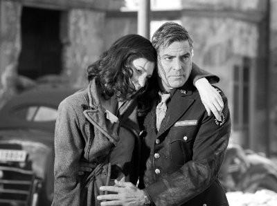 Cate Blanchett con George Clooney in una scena del film Intrigo a Berlino