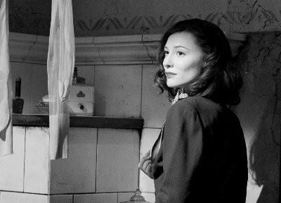 Cate Blanchett in una scena del film Intrigo a Berlino