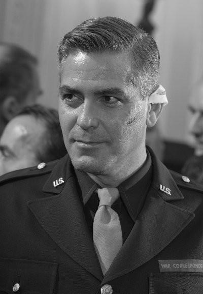 Clooney in una scena del film Intrigo a Berlino