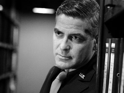 George Clooney in una scena del film Intrigo a Berlino