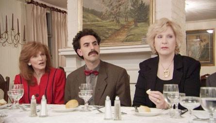 Lezioni di galateo per Sacha Baron Cohen in una scena di 'Borat'