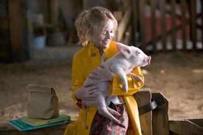 Una tenera immagine di Dakota Fanning in una scena del film La tela di Carlotta