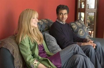 Kal Penn e Jacinda Barrett in una scena del film The Namesake