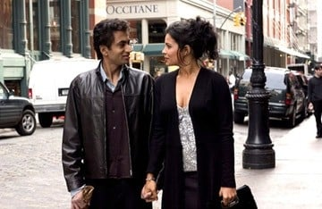 Kal Penn e Zuleikha Robinson in una scena del film The Namesake