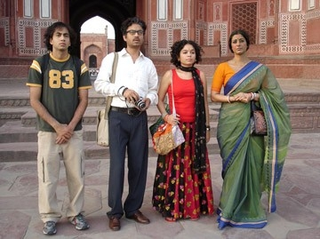 Kal Penn, Irrfan Khan, Sahira Nair e Tabu in una scena di The Namesake