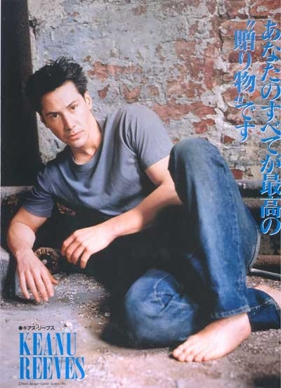 Jeans, t-shirt e piedi scalzi per Keanu Reeves