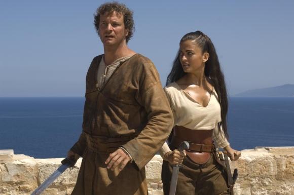 Aishwarya Rai affianca Colin Firth in una scena del film L'ultima legione