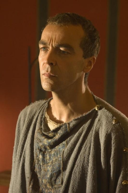 primo piano di John Hannah in una scena del film L'ultima legione