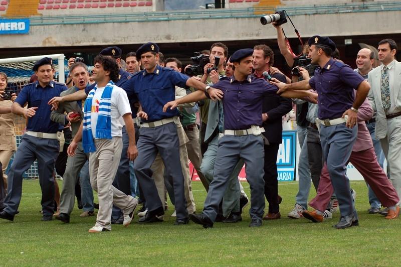 Marco Leonardi in una scena del film Maradona, la mano di Dio incentrato sull'ex-giocatore del Napoli