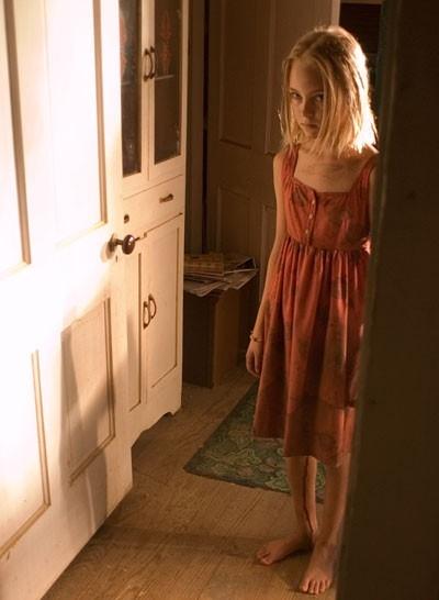 La giovane AnnaSophia Robb in una scena del film I segni del male