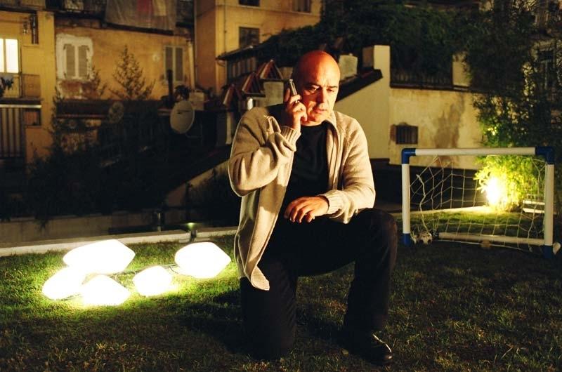 Luca Zingaretti al telefono in una scena di Tutte le donne della mia vita