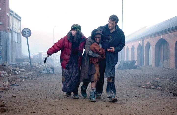 Clive Owen e Claire-Hope Ashitey in una scena de I figli degli uomin