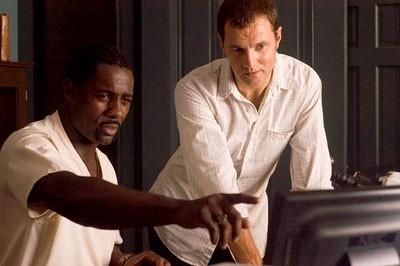 Idris Elba e David Morrissey in una scena del film I segni del male