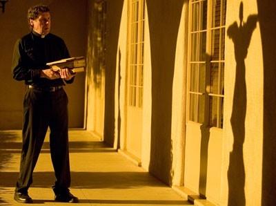 Stephen Rea in una scena del film I segni del male (The Reaping)