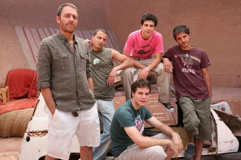 Jamil Hammoudi, Lorenzo Balducci, Daniele De Angelis, Nicolas Vaporidis e Valerio mastandreai in una scena del film Last Minute Marocco