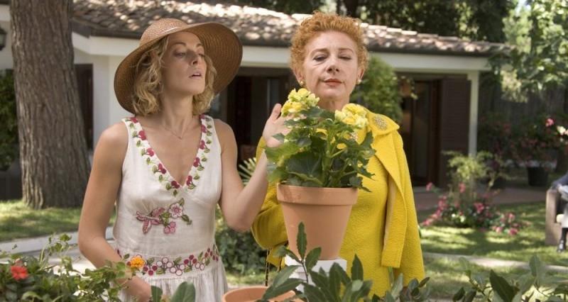 Claudia Gerini e Cinzia Leone in una scena del film Nero bifamiliare