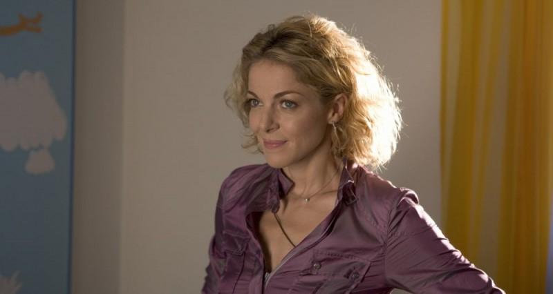 Claudia Gerini in una scena della commedia nera Nero bifamiliare