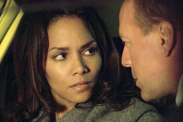 Halle Berry con Bruce Willis in una scena del film Perfect Stranger