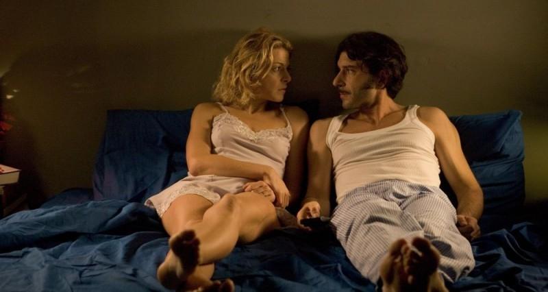 Luca Lionello accanto a Claudia Gerini in una scena del film Nero bifamiliare