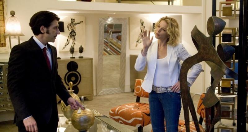 Luca Lionello e Claudia Gerini discutono in una scena del film Nero bifamiliare
