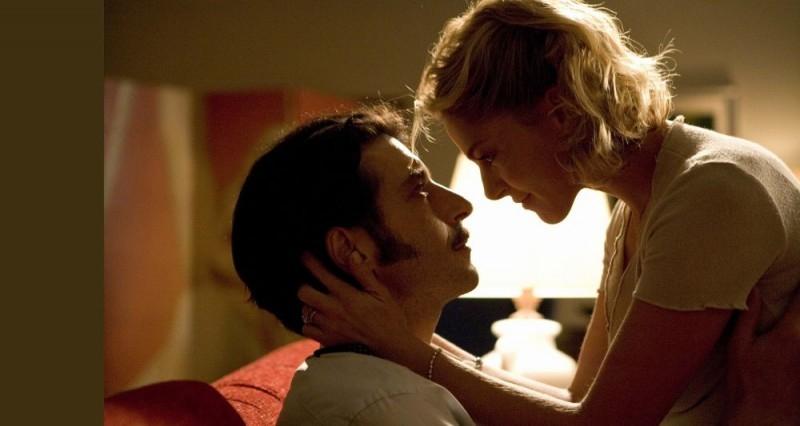 Luca Lionello con la bella Claudia Gerini in una scena del film Nero bifamiliare